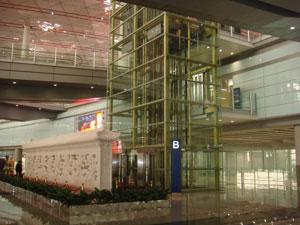 税関正面に位置しているのが九龍壁です。龍の彫刻された白い壁のオブジェです。